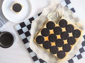 パッと目を惹くココアクッキーのベイクドチーズケーキです。意外にもクッキーを並べるだけの簡単レシピなので、砕いたり混ぜ込んだりなどの手間も省けて一石二鳥!クッキーをガイドにすれば、カットもとても簡単です。