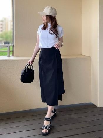 これから夏にかけて大活躍する真っ白なコットンTシャツ。いつもならデニムを合わせたくなりますが、黒のラップスカートを合わせるとグッと大人っぽいカジュアルスタイルに。黒のサンダルでより涼しげな春夏コーデに近づきます。