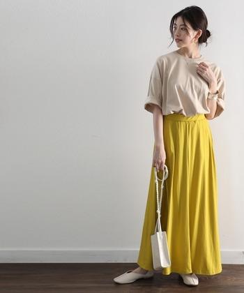 パンツとの相性がいいオーバーサイズTシャツですが、スカートと合わせても素敵です。たまにはスカートにインして、女性らしいスタイルを楽しんでみませんか?