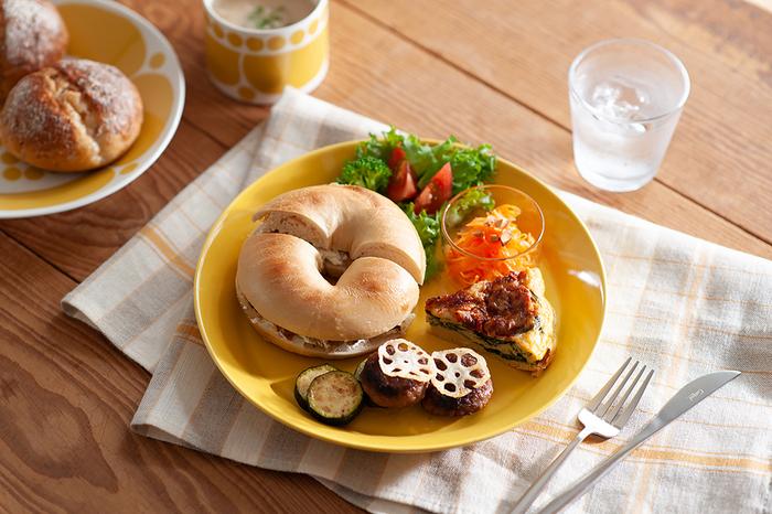 ランチのカフェ風プレートにはもちろん、深さがあるのでカレーを盛り付けたり、ソースたっぷりのパスタ用にも使うことも可能です。絶妙なフチの立ち上がりで、お皿に残ったソースや汁もスプーンですくいやすい。