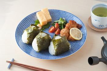 北欧生まれの食器でありながら、白地に紺の柄がどことなく和の雰囲気を感じさせます。朝食のおにぎりプレートや、焼き魚やお寿司や刺身など、和食の食器としても使えます。