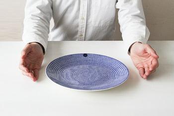 フィンランドの食器ブランド「ARABIA(アラビア)」の「24h Avec(アベック)」 シリーズのプレート。柄物でありながら、無地感覚で使える使い勝手の良さが特徴です。