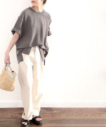 グレーのオーバーサイズTシャツは、黒よりも明るく白よりも汚れが目立ちにくいので、長く愛用できます。ボトムに白パンツやかごバッグ、足元にサンダルを合わせることで、春夏に最適なコーデに。