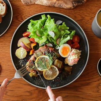 「HASAMI PORCELAIN(ハサミポーセリン)」は、400年以上の歴史を誇る長崎県の波佐見焼の伝統に新たな感性をプラスした、現代の生活スタイルにぴったりなテーブルウェアです。