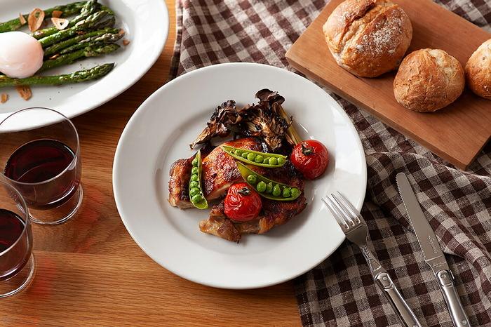 1966年にイタリアで誕生した陶磁器ブランド「Saturnia(サタルニア)」のチボリシリーズ。本国イタリアではレストランで業務用として、また家庭でも使われるオーソドックスな器として愛されています。