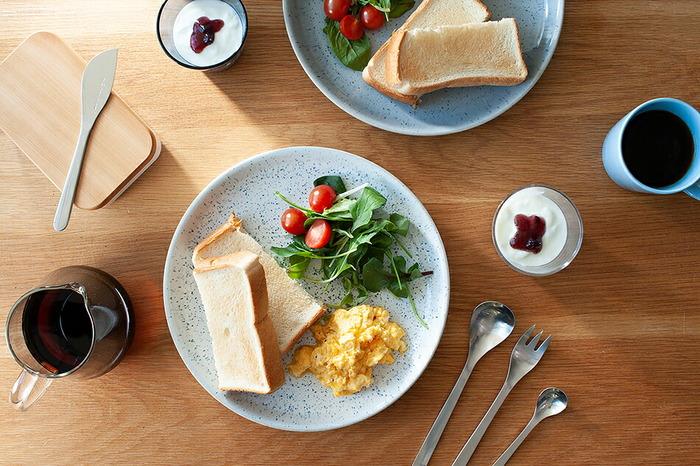創立200年以上のイギリスのテーブルウェアのブランド「Denby(デンビー)」のブレックファーストプレート。その名の通り、朝食のパンとスクランブルエッグ、サラダをのせるのにちょうど良いサイズ感。キャンバスに絵具を散らしたような、ドットのように広がる釉薬が味わい深いですね。