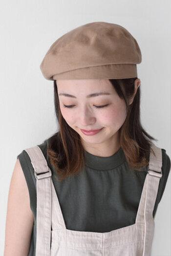 麻とレーヨンの生地で作られた、通気性と吸湿性の高いベレー帽です。ふんわりと頭に乗せればミリタリーチックながら、かわいらしい雰囲気もあります。
