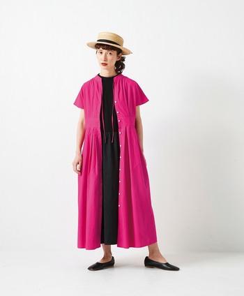 ほんのり青みがかった、ちょっぴり大人カラーのピンクのワンピース。形が良いので一枚で着るのももちろん素敵ですが、変化をつけたい場合は羽織にして、中にはピンクを引き立たせる黒ワンピを。レイヤードスタイルにはシンプルな靴で差し引きを。