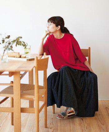 真っ赤なサマーニット×濃いネイビーのデニムスカート。相反するような色の組み合わせと思いきや、相反するからこそ赤が引き立って綺麗に見えます。主張の強いカラーでも全体的にゆるっとした着こなしであればやわらかな印象になるので挑戦しやすいですね。
