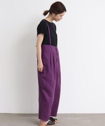 綺麗な葡萄色のサロペット。紫は鮮やかな色味や可愛らしいテイストのアイテムでも、大人っぽく品良く見せてくれる便利なカラー。落ち着きのある黒と合わせると更に効果的です。