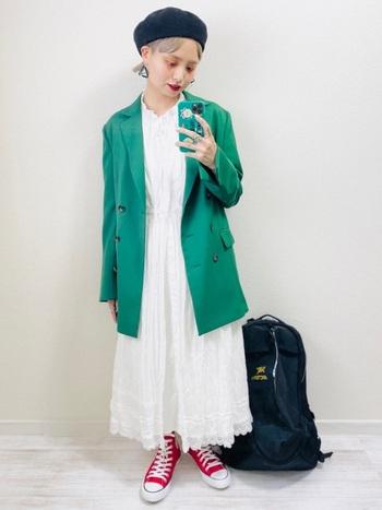 ガーリーな白のワンピースには、パキッとしたグリーンが綺麗なテーラードジャケットはいかが?白が緑を引き立てるのと同時、ジャケットがワンピースの甘さをおさえて大人っぽく仕上げてくれますよ。赤のスニーカーで個性的な印象に。