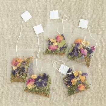 お花畑のような「nono」のハーブティー。色鮮やかなドライフラワーが詰まったティーバッグは、みているだけで晴れやかな気持ちになってきます。