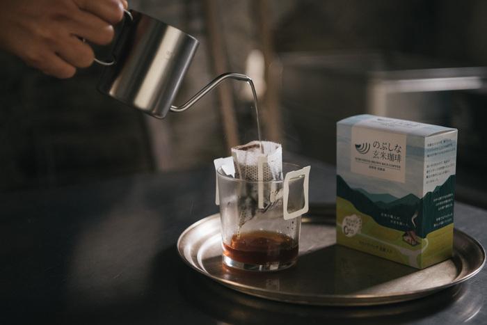 ドリップバッグなら、お湯さえあればその場ですぐに美味しいコーヒーを楽しめます。熱湯を注いで柔らかな香りを最大限に引き立てましょう。