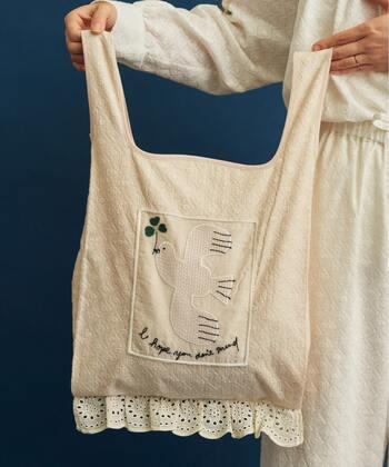 刺繍生地に刺繍を組み合わせたショッパーバッグは、三つ葉のクローバーをくわえたハトやフリルレースがとびきりキュート。持っているだけで幸せが訪れそうですね。