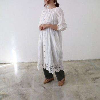 裾にスカラップ刺繍を贅沢に施した前開きワンピース。ガウンとして着用してもいいですし、スウェットやタートルネックをレイヤードすれば秋冬にも大活躍。足元に抜け感が出る一枚です。