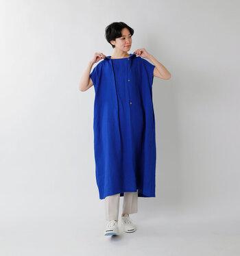 ロイヤルブルーのように上品な色味の青。そのゆったりとしたワンピースを邪魔せずに、むしろハッキリと美しく見せる白のパンツと靴が効果的な技ありコーデです。