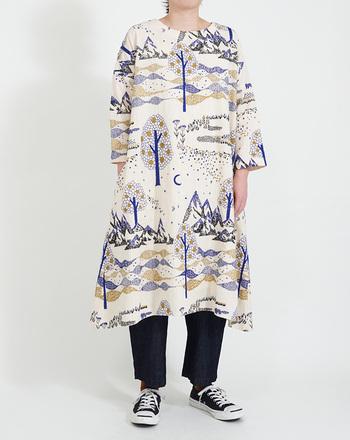 着ても見ても楽しい北欧テイストのワンピース。総柄刺繍なので、アートのような存在感と心が踊る特別感がある一枚。ワンピースとしてはもちろん、ボトムやレギンスをあわせてカジュアルに着るのもいいですね。