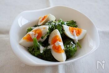 煮立たせたハーブ液に漬けると、ほんのりハーブが香る爽やかな味付き卵に。そのまま味わうのはもちろん、サラダのトッピングにも合いますよ。