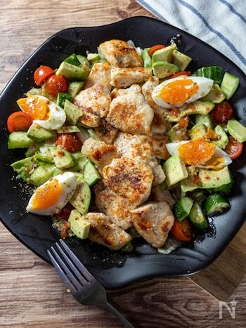 鶏胸肉とゆで卵がたっぷり乗ったサラダは、一皿でボリュームも栄養バランスも完璧。野菜はお好みで、鶏肉はもも肉やささみでもOKなので、いろいろアレンジできそうです。