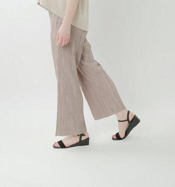 歩くたびにふわりと揺れる柔らかい素材のパンツは、ウェーブタイプの華奢な雰囲気によくマッチします。リラックス感のあるプリーツパンツもウェーブタイプが着るとラフな印象が薄れ、華やかでおしゃれに決まりますよ。