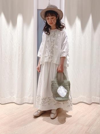 こちらは同じ刺繍デザインのスカートとブラウスを合わせたセットアップコーデ。お洋服と同じナチュラルなテイストの小物を合わせることで、コーデに統一感が出ますし、刺繍の良さがなお際立ちますね。可憐なムードが素敵。