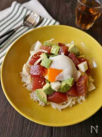 ポキとは、魚介を切って醤油やごま油などで和えたハワイ料理。マグロとアボカドは定番の組み合わせです。長芋のサクサク感が良いアクセントに。トロトロの温泉卵が、全体を上手くまとめてくれています。