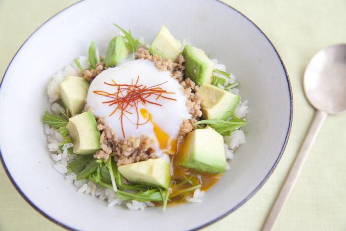 ご飯によく合う鶏そぼろを使ったヘルシーな丼。ダイエット中のメニューにもおすすめです。そぼろを作る時は、菜箸4本で混ぜるのがポイント。温泉卵を割ると、黄身がとろーり流れるのがおいしそう!