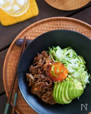 がっつり食べたい日におすすめ!麻辣醤や甜麺醤などでピリ辛に味付けした牛肉は、ご飯をおかわりしたくなるおいしさ。野菜や卵黄も一緒にのせて、栄養バランス◎