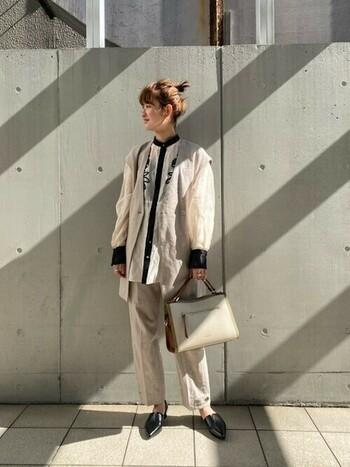 ベストからチラ見えする大ぶりの刺繍がコーデのアクセントになり、ワントーンでもメリハリのある着こなしに。大胆な刺繍アイテムは、モード派さんやシンプル派さんにもおすすめ。