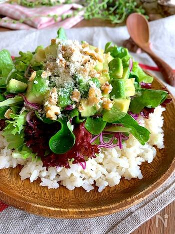 野菜をどっさりのせた、彩りも綺麗な丼です。カフェにありそうな、写真映えするメニューですね♪明太子の旨味や食感が加わることで、ご飯が進むおいしさに。