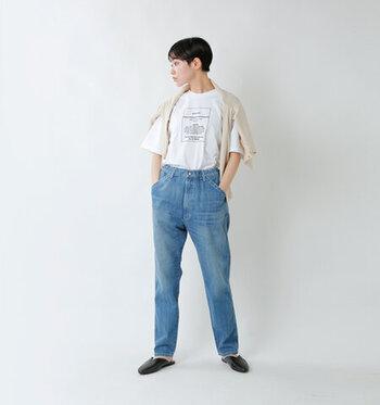 ブルージーンズに白いTシャツを合わせ、肩にはカーディガンを掛けた気負わないカジュアルスタイル。大きめのポケットや自然な色落ちがラフな印象です。シンプルなデザインがナチュラルタイプの骨格の美しさを際立てています。