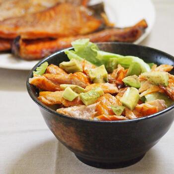 安く手に入る鮭のあらは、さばいた時に出る残り物ですが、旨味が詰まっているお得な部分なんです!オーブンで焼いて香ばしく仕上げるのがポイント。