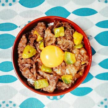 こちらの丼は、材料4つでできちゃいます♪牛肉もアボカドも一緒に炒めてOK。時間がないけれど、ごはんはしっかり食べたいという時にも重宝するメニューです。卵黄をよく絡めて召し上がれ。