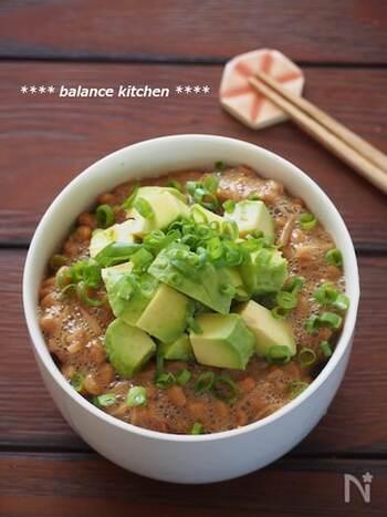 ご飯のお供にぴったりのなめたけを、納豆と混ぜてボリュームアップ。アボカドは味付けなしで、仕上げにのせればOKです。豪快にワシワシかき込みましょう!