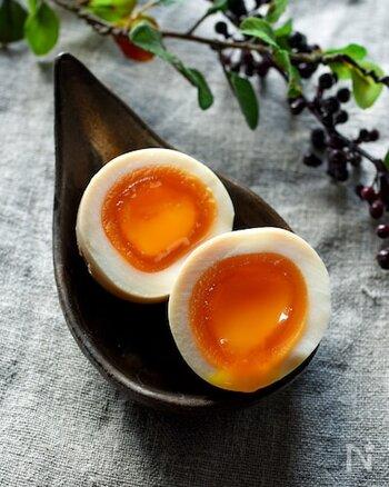 茹で卵をまとめて作っておくのもおすすめです。軽く塩を振るだけでも美味しいですし、麺つゆに浸けて味玉にすればお弁当のおかずにもなります。