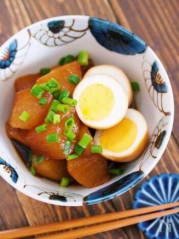 味がしっかり染みた大根とゆで卵は、下茹でを一緒に行うのが時短ポイント。その後、調味料を加えて10~15分煮れば、長時間煮たようなこってりした味わいになります。