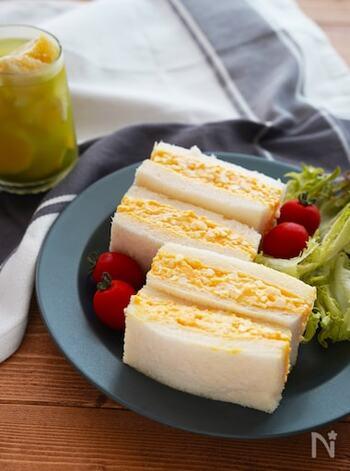 シンプルなたまごサンドは分量のバランスが命。こちらのレシピではゆで卵の白身を少なめにしています。コクや滑らかさが際立つ濃厚な味になりますよ。