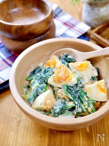 ごまマヨのゆで卵サラダはほうれん草とも相性バッチリ。冷蔵庫で3日ほど置けるので、作り置きにもおすすめです。卵の切り方によって見た目の雰囲気が変わりそうですね。