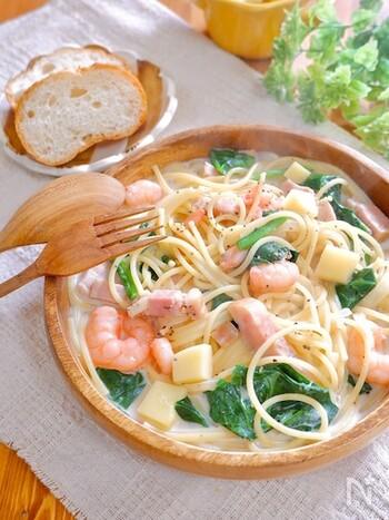 一品で魚介類・野菜をたっぷりと摂取できる、ボリューム満点のクリームスープパスタのレシピ。スープにしっかりと味付けしているため、最後まで美味しくいただけます。