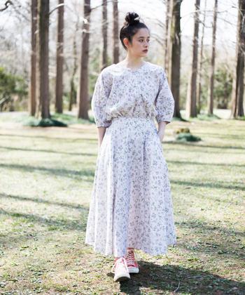 布いっぱいに咲く白、赤、紫、緑の草花が可憐なブラウス。ドルマン風のゆったり身頃にランタン型の袖が優しい表情。Vネックには、繊細なステッチが施され、細部までこだわりを感じさせるデザイン。ボタンやファスナー無しで、脱ぎ着もシンプルに。同じシリーズのフレアスカートのセットアップも素敵です。