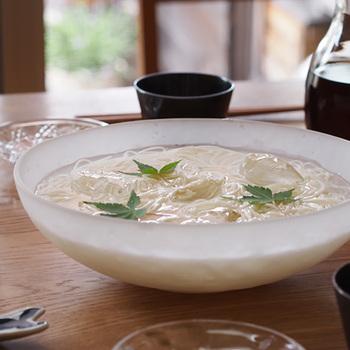 日本の代表的なガラスメーカーの一つである「廣田硝子」。伝統的な技術を受け継いだ職人さんたちの手仕事はまさに芸術です。なかでもおすすめはフロスト加工を施したくもりガラスでできた大鉢。吹雪シリーズというネーミングだけに、涼しげな雰囲気は夏の食卓にぴったりです。夏野菜やフルーツなど鮮やかな食材も映えますよ。