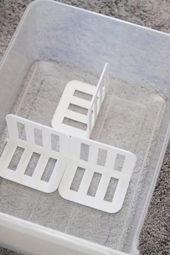 こちらはセリアの連結できる仕切りスタンド。その名の通り、連結して横に繋げることができるので、大きい仕切りにアレンジすることもできます。衣装チェストなどの中を仕切るのにとっても便利です。
