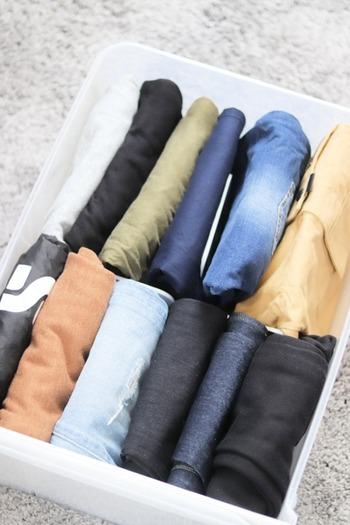 仕切りスタンドを使って子ども服のボトムスを整理。畳んだボトムスがしっかり立つので、すっきりしますね。季節ごとに分けたい時にも便利!