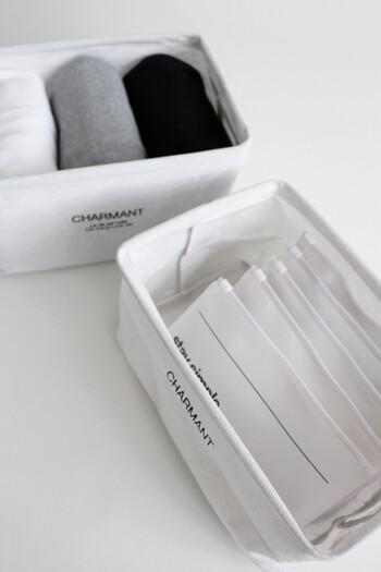 ワンポイントのロゴがおしゃれなキャンドゥの持ち手収納ボックスです。ハリのある生地で、衣類や日用品などさまざまなものの整理収納に役立ちます。