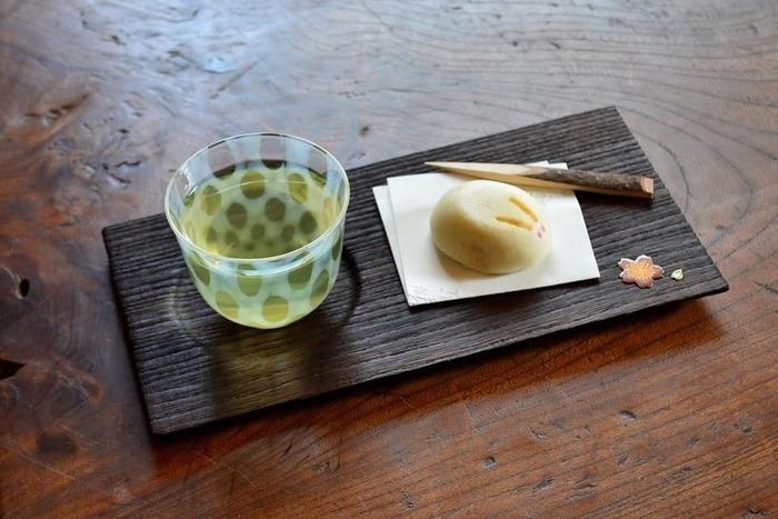冷茶のグリーンがすきっと映える廣田硝子の冷茶グラス。大きすぎず小さすぎず、程よい大きさなので、デザートカップとして、蕎麦猪口として、意外と使い勝手の良いグラスです。5種類あるレトロな柄は「あぶり出し」という昔ながらの技法で作られています。どれも味わいがあり、全部集めて並べたくなるデザインです。
