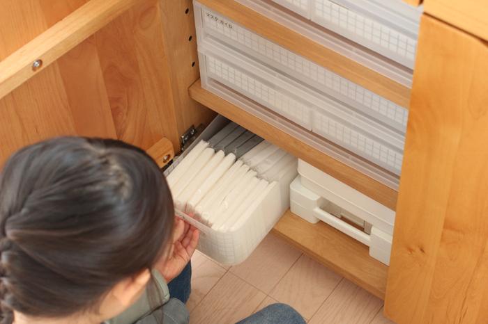 ダイソーの人気アイテム、積み重ねボックスを使ったティッシュ収納です。普通のサイズのティッシュと子ども用の小さいサイズを並べるとぴったり収まります。リビングチェストなどに収納すると誰でもすぐに取り出せますね。