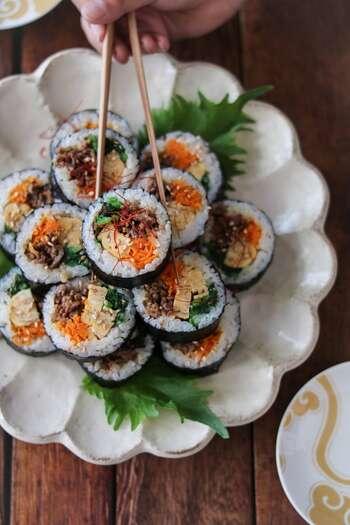 キンパは、韓国風の海苔巻きのこと。甘辛+コチュジャンで味付けした牛肉に、人参やほうれん草、卵で彩り鮮やかに。ごはんは寿司飯ではなく白飯を使いますが、塩とごま油をちょっぴり混ぜて、具材と味をなじませています。火を通した食材ばかりなので、お弁当にもおすすめですよ。