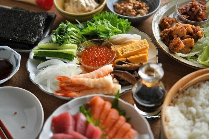 子どもが喜ぶお寿司といえば、何と言っても「手巻き寿司」。お好みのお刺身はもちろん、前日から準備しておける具材や、常備菜も応用して、いろいろな具材のバリエーションで楽しみましょう!