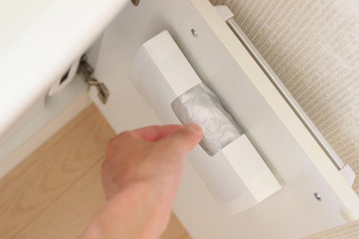 セリアのキッチン消耗品収納ケースを洗面台の扉裏に両面テープで貼り付けて、ゴミ袋の収納に。サッと1枚ずつ取り出せるのが便利ですね。キッチンでも使えそうなアイデアです。