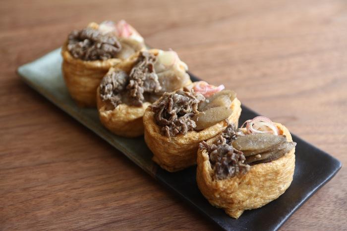 牛肉とごぼうを甘辛く煮た「牛ごぼう」は、つくりおきの常備菜にもおすすめ。いなり寿司に乗せれば、しっかり食べごたえのある一品に。みょうがで味を引き締めて。